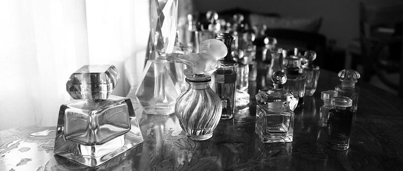 różne flakony perfum